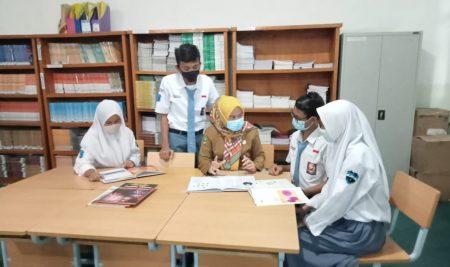 Pembinaan oleh Kepala SMAN 1 Babakan Madang kepada Ketua OSIS-MPK Terpilih